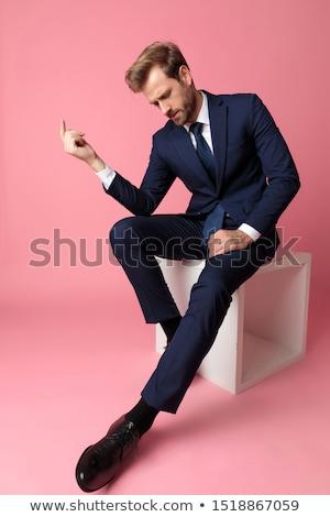 hombre · de · negocios · mirando · hacia · abajo · aislado · mano · hombre · traje - foto stock © feedough