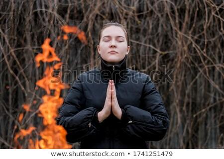 Kobieta stałego wildfire Afryki wskazując pożar lasu Zdjęcia stock © RAStudio