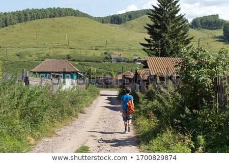 Ninos caminando pasado casa pesca vacaciones Foto stock © IS2