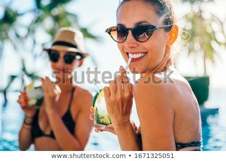 Arkadaş içme kokteyller yüzme havuzu bar üç Stok fotoğraf © Kzenon