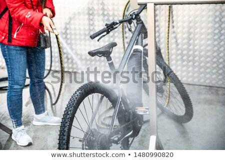 Donna lavaggio mountain bike alto pressione acqua Foto d'archivio © AndreyPopov