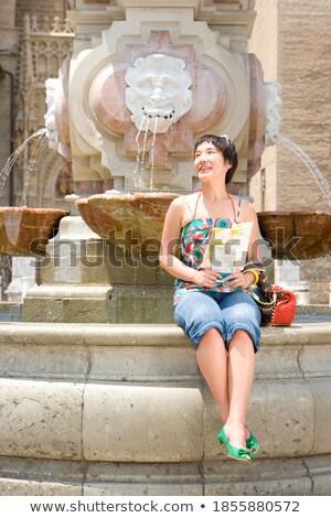 Donna seduta bordo fontana caldo estate Foto d'archivio © Kzenon