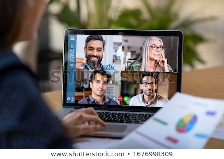 jóvenes · sesión · escritorio · mujer · equipo · sonriendo - foto stock © diego_cervo