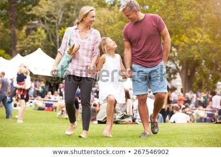 Famiglia fiera ragazza uomo porta madre Foto d'archivio © IS2