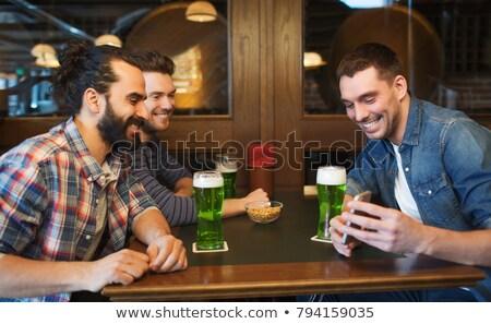 Freunde · Smartphone · trinken · grünen · Bier · Veröffentlichung - stock foto © dolgachov