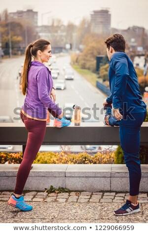 Sportos pár testmozgás jobb fitnessz város Stock fotó © Kzenon