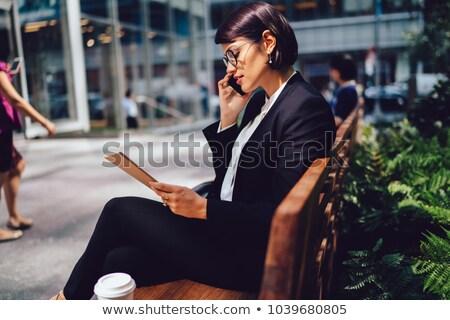 ストックフォト: 小さな · エレガントな · 銀行家 · 弁護士 · スマートフォン · 座って