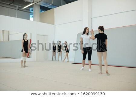 Vijf meisje glimlachend jonge vrouwelijke coach Stockfoto © pressmaster