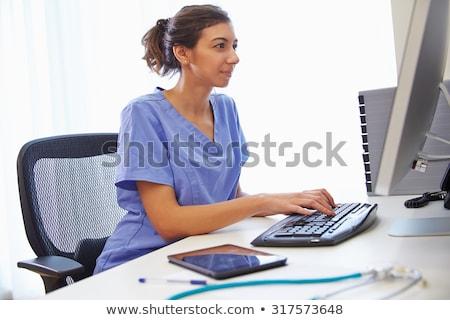 ストックフォト: 医師 · 座って · コンピュータ · 電話 · 女性