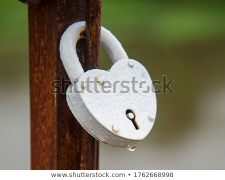 fechado · coração · chave · vermelho · buraco · de · fechadura · dourado - foto stock © albund