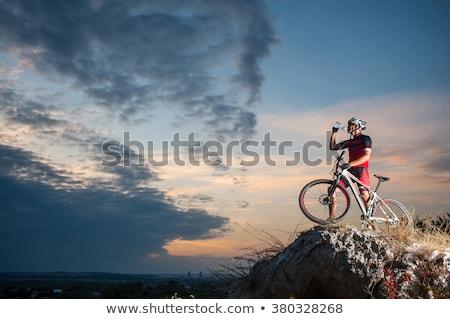 fiatalember · képzés · hegyi · kerékpár · sportok · tevékenység · fiatal · felnőtt - stock fotó © kzenon