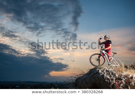 joven · formación · bicicleta · de · montana · deportes · actividad - foto stock © kzenon