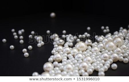 Foto d'archivio: Bianco · perle · collana · bianco · nero · nero · focus