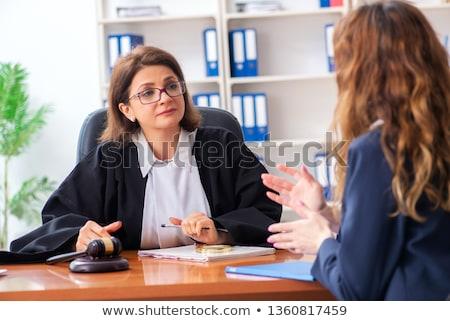 ストックフォト: 若い女性 · 女性 · 弁護士 · オフィス · 手 · 会議