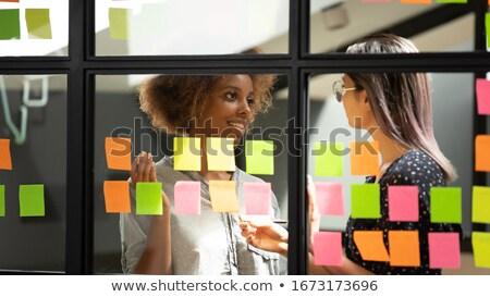 Vrouw sticky note creatieve kantoor business baan Stockfoto © wavebreak_media