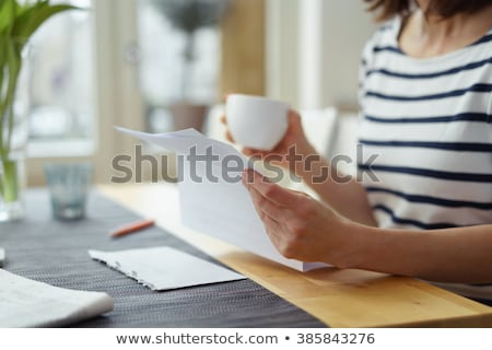 mujer · lectura · carta · mujer · sonriente · sonriendo · amor - foto stock © is2