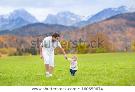 Photo stock: Famille · fille · courir · domaine · montagnes · mains · tenant