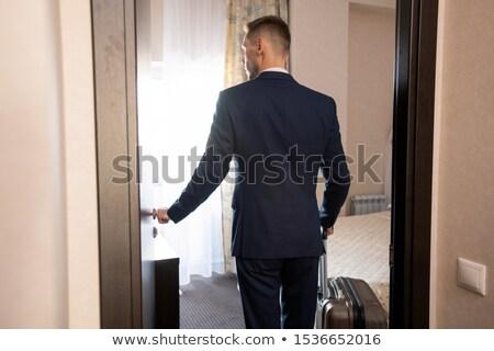 zakenman · koffer · lopen · wachtkamer · Maakt · een · reservekopie · witte - stockfoto © pressmaster