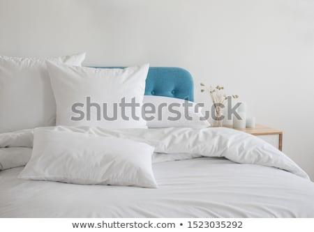 Lit oreillers couverture séjour maison hôtel Photo stock © furmanphoto