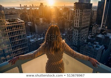 Femeie în picioare soare balcon călători distracţie Imagine de stoc © IS2