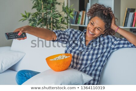 Mulher televisão controle remoto pipoca sofá Foto stock © AndreyPopov
