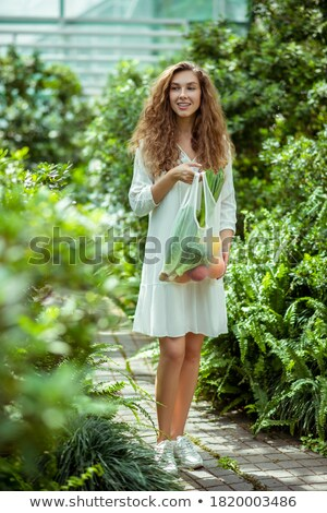 Imagem mulher bonita cabelos cacheados vestir sorridente Foto stock © deandrobot