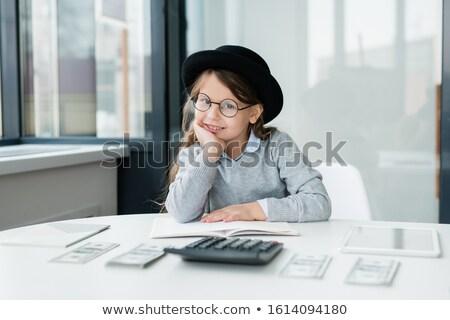 Piccolo sorridere ragioniere guardando stipendio lavoro Foto d'archivio © pressmaster