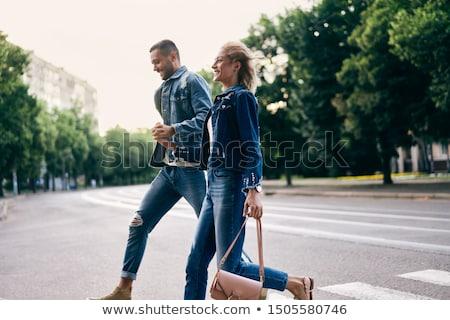 Młodych szczęśliwy para uruchomiony przejście dla pieszych ulicy Zdjęcia stock © GVS