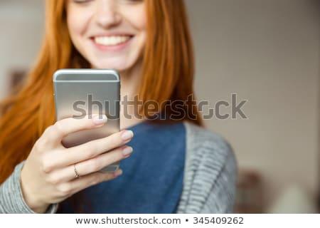 portrait · femme · souriante · smartphone · regarder · caméra · isolé - photo stock © deandrobot
