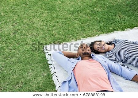 Gelukkig paar picknickdeken zomer park vriendschap Stockfoto © dolgachov