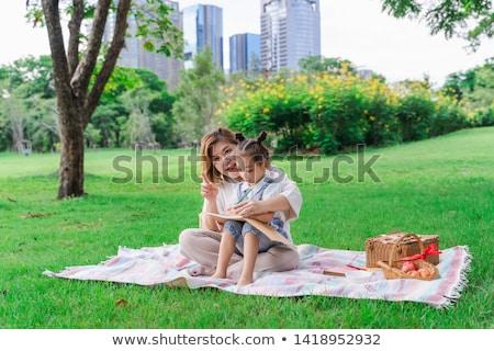 Grootmoeder kleindochter picknick park familie recreatie Stockfoto © dolgachov