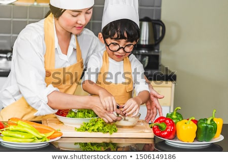 ストックフォト: 小さな · 幸福 · 女性 · 料理 · 野菜 · サラダ