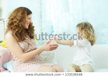 Afetuoso mãe apresentar pequeno filha surpresa Foto stock © vkstudio