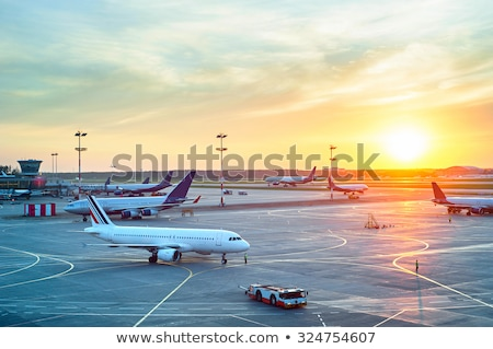 decollo · piano · aeroporto · tramonto · aereo · fondo - foto d'archivio © c-foto