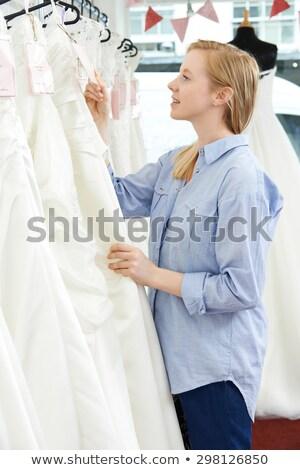 Noiva olhando preço membro vestido de noiva Foto stock © HighwayStarz