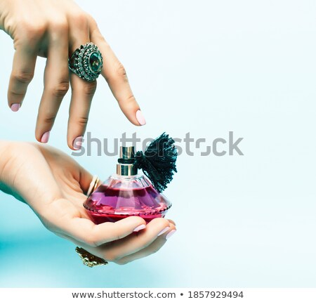 Mujer manos botella perfume rosa Foto stock © iordani
