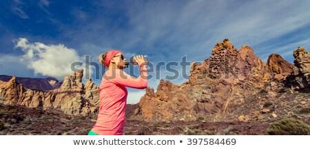 Stockfoto: Gelukkig · vrouw · parcours · runner · drinkwater · bergen