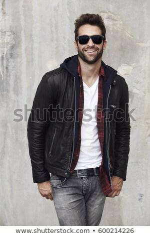 Foto stock: Vertical · imagem · sorridente · barbudo · homem · óculos · de · sol