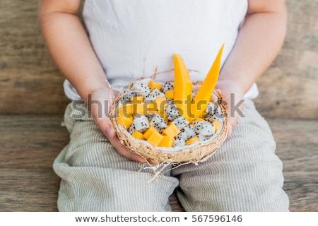 Salada de frutas dragão fruto metade coco mão Foto stock © galitskaya