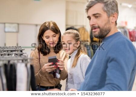 Mãe filha olhando preço quente tricotado Foto stock © pressmaster