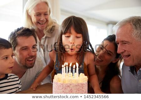 Grootmoeder kleindochter verjaardagstaart familie generatie viering Stockfoto © dolgachov