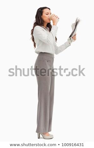Séduisant femme d'affaires lecture journal café Photo stock © wavebreak_media