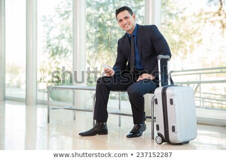 Glimlachend jonge zakenman wachten koffer witte Stockfoto © wavebreak_media