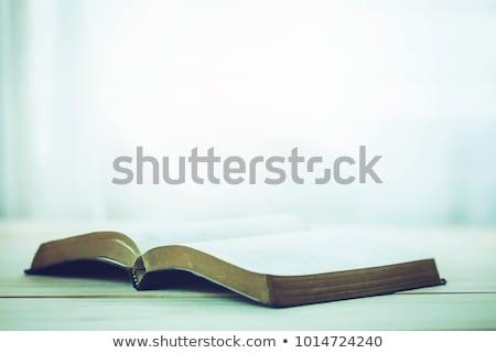 открытых · Библии · крест · деревянный · стол · книга - Сток-фото © wavebreak_media