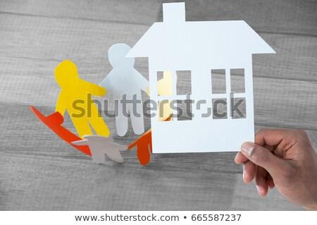 Papieru cięcia ludzi łańcucha drewniany stół Zdjęcia stock © wavebreak_media