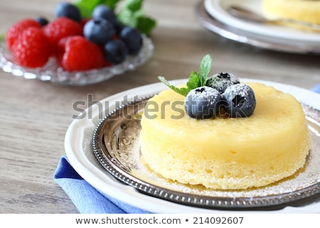 Citron surprise pouding gâteau servi baies Photo stock © Melnyk