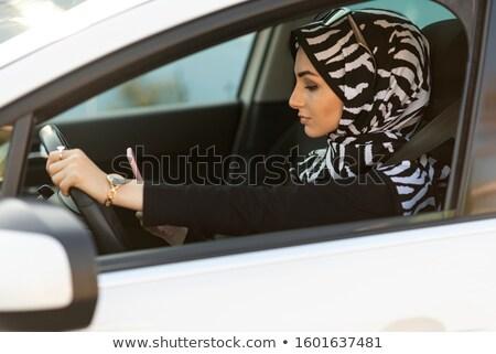 Gevaarlijk vrouwelijke bestuurder lezing smartphone Stockfoto © Lopolo