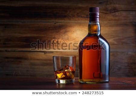 Bouteille whiskey table en bois vieux photo fond Photo stock © dash