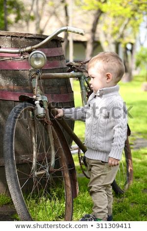 Rok starych ciekawy chłopca spaceru około Zdjęcia stock © vladacanon
