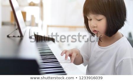 retrato · sonriendo · femenino · músico · jugando · piano - foto stock © sumners